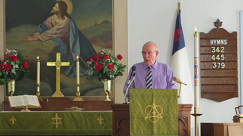 Rev. John Stowell opens the unveiling ceremony with the congregation. (Bob Baechtold Photo)